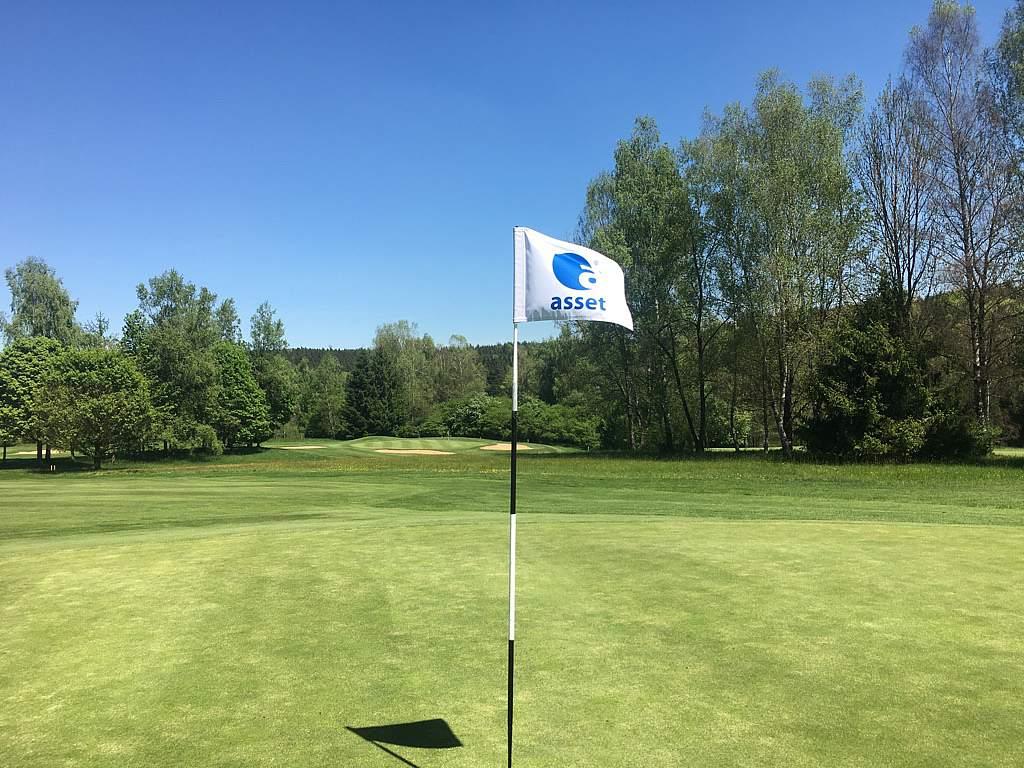 Lochfahne_Golfplatz.JPG